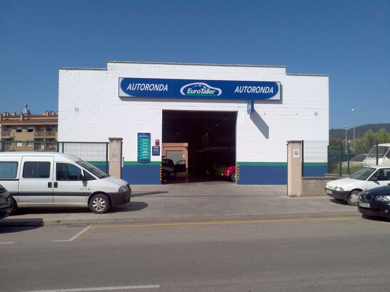 Exterior view of the entrance of the Taller Autoronda company